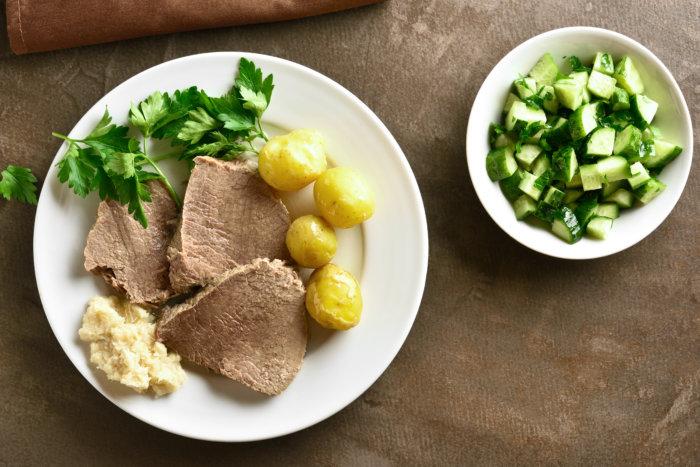 Tafelspitz in pikanter Soße mit Erbsen & Kartoffeln